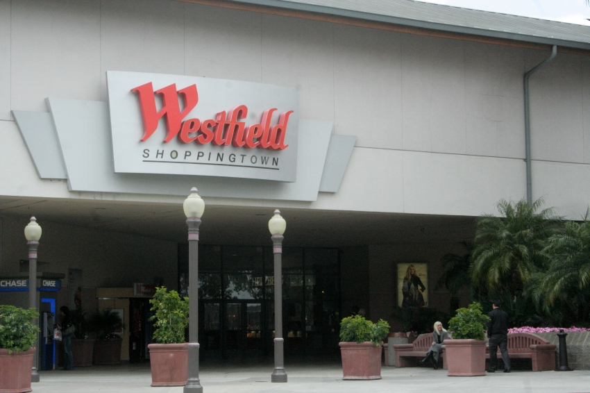 Westfield North County features extended hours of operation during the Thanksgiving/Black Friday and Christmas/New Year's holiday season. Extended hours begin in November, continue throughout December, and end the first week of January.